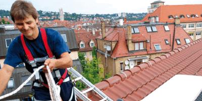 Junger Mann arbeitet auf Dach