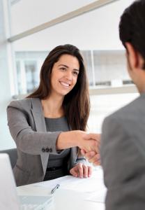 Handshake zwischen zwei Menschen