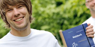 Fachkraft zeigt Karrierewalzbuch