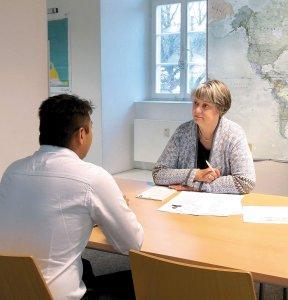 Beraterin und Kunde im Gespräch im Welcome Center Stuttgart